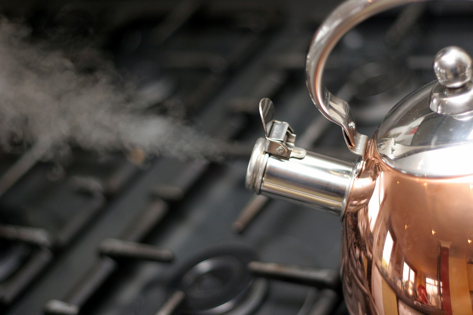 steam coming out of a kettle which helps treat sore throats, at home remedy